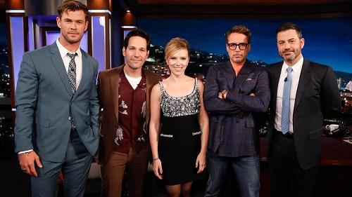 Scarlett (giữa) cùng dàn diễn viên Avengers tham gia chương trình Jimmy Kimmel Live. Ảnh: ABC.