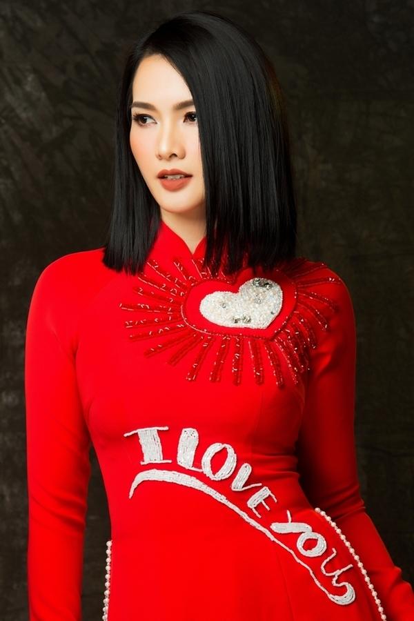 Anh Thư mặc áo dài thêu họa tiết 3D