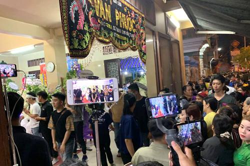 Người dân chen chúc ghi hình, livestream ở khu vực tang lễ nghệ sĩ Anh Vũ ởchùa Ấn Quang. Ảnh: Bill.
