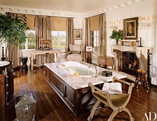 Phòng tắm lớn được lát sàn gỗ sồi, rộng như một phòng khách bình thường. Trung tâm là bồn tắm được bao bởi gỗ đào hoa tâm tô điểm không gian phòng.