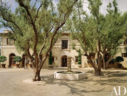 Mặt tiền ngôi nhà mô tả khu quảng trường một con phố thời Phục Hưng.