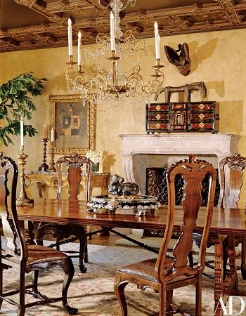 Phòng ăn được tạo sự đối xứng vớii trần chạm khắc bằng gỗ và nền thạch cao nguyên bản. Một bộ ghế gỗ đào hoa tâm thế kỷ 18 bao quanh một bàn dài làm từ gỗ óc chó. Trên bàn là một khay sơn mài từng thuộc về diễn viên hài Daniel Thomas; trên đó đặt một con ngựa đá Richie mua tại Trung Quốc. Phía trên lò sưởi làm bằng đá vôi là các tác phẩm điêu khắc châu Phi và một rương cổ hình con rùa.
