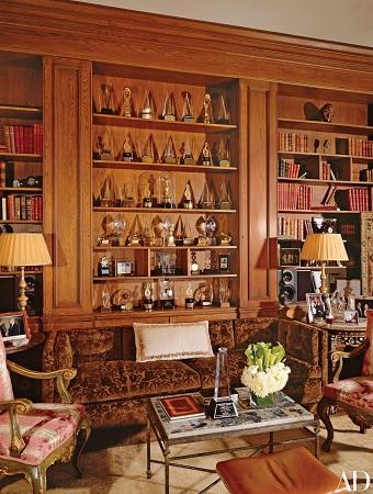 Lionel Richie đạt nhiều thành công trong sự nghiệp, với 6 giải Grammy, 16 giải AMA, một giải Oscar cho nhạc phim hay nhất... Những giải thưởng này được ông trưng bày trong phòng thư viện của tòa nhà. Căn phòng được thiết kế theo phong cách nội thất Rococo của Ý.