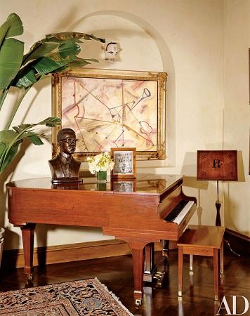 Phòng tắm nắng, nơi đặt cây đàn piano mà Richie vẫn sử dụng để sáng tác. Trên đàn đặt bức tượng bán thân bằng đồng của tu sĩ Hồi giáo gốc phi Malcolm X. Bức tranh trên tường được vẽ bởi Miles Davis, người bạn lâu năm của Richie. Ảnh: AD.