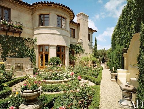 Vườn hoa hồng ở phía nam ngôi nhà. Là ca sĩ, tôi phải đi nhiều. Và tôi coi mỗi lần về nhà như một lần đi nghỉ dưỡng. Điều quan trọng của một khu nghỉ là nó cần một khu vườn thật đẹp - Richie chia sẻ.