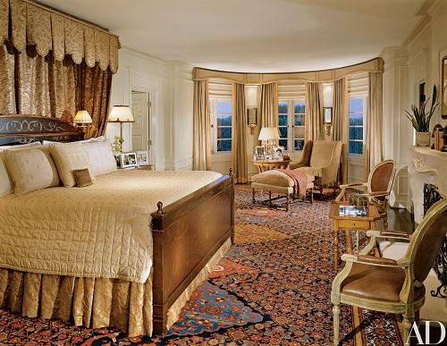 Phòng ngủ lớn nhìn thẳng ra vườn hoa hồng. Giường ngủ được sơn và mạ vàng kiểu Ý thời Phục Hưng.