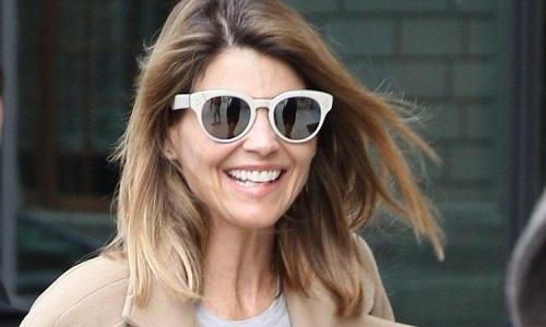 Lori tươi cười và ký tặng người hâm mộ ngay bên ngoài tòa án hôm 3/4. Ảnh: Twitter.