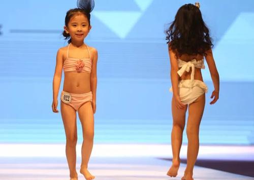 Mẫu nhí catwalk bikini tại sự kiện ở Trung Quốc.