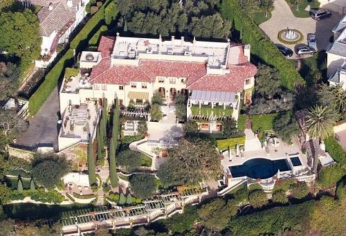 Căn biệt thự của Richie được xây dựng từ năm 2007 tại thành phố Beverly Hills, Los Angeles nổi tiếng xa hoa. Ca sĩ chia sẻ: Tôi nghĩ về ngôi nhà theo cách tôi cảm nhận về âm nhạc của mình. Bạn phải nắm lấy cơ hội. Khi tôi viết All Night Long cũng như Three Times a Lady, thời điểm đó không có người da màu nào hát nhạc waltz hay nhạc vùng Caribê. Tôi quyết định xây căn nhà này cũng liều lĩnh và mạo hiểm như cách tôi viết nhạc.