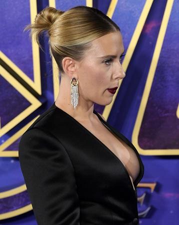 Phần giữa áo để trống, khoe ra đường cong cơ thể của nữ diễn viên. Ảnh: Shutterstock.