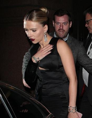 Diễn viên Góa phụ đen liên tục phải dùng tay che ngực để tránh sự cố hở hang. Cô thu hút nhiều ống kính máy ảnh của phóng viên trong suốt sự kiện. Ảnh: GC Image.