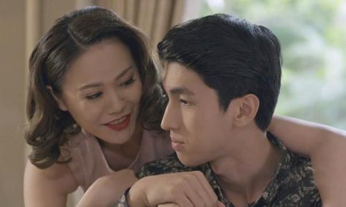Xuân (Ngọc Crystal) âu yếm Tùng (Bình An) trên phim.