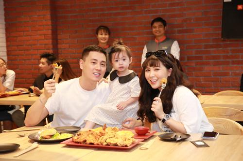 Diễn viên Kiên Hoàng bật mí, Cam Cam là em bé rất thích ăn thịt gà, đặc biệt là gà rán nên khi biết tin quán gà rán kiểu Thái khai trương, vợ chồng anh quyết định cho bé tới thưởng thức.