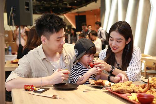 Trang Lou cho Xoài thưởng thức trà thảo mộc atiso. Cô nhận xét thức uống khá ngon, giúp giải nhiệt và chống ngán khi ăn.