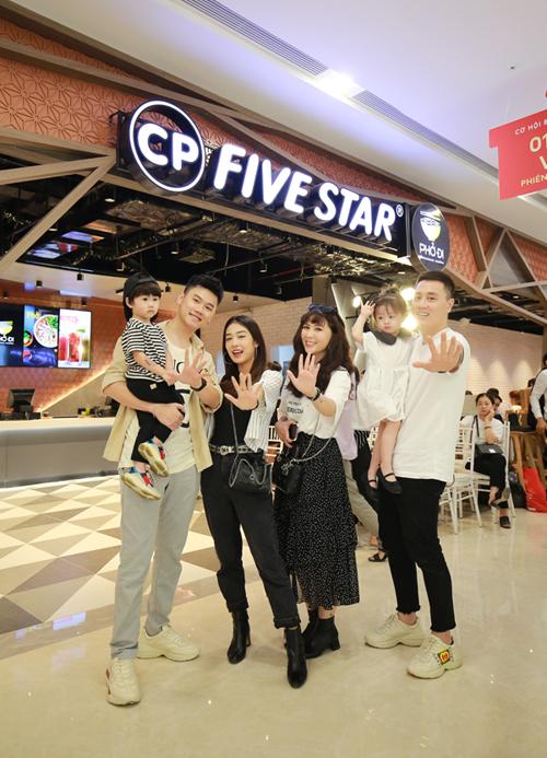 Sáng nay, gia đình Cam Cam và gia đình Xoài có dịp hội ngộ tại nhà hàng Five Star ở Vincom Sky Lake, Hà Nội. Hai gia đình vốn đã quen nhau từ lâu nên thoải mái trò chuyện ngay lúc gặp.