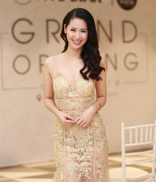 Hoa hậu Phụ nữ toàn thế giới 2018 Dương Thùy Linh đảm nhiệm vai trò dẫn dắt chương trình. Người đẹp khoe vóc dáng cuốn hút trong chiếc đầm đuôi cá màu nude cùng tone trang điểm tự nhiên.