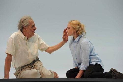 Ông Rush cùng Eryn Norvil (phải) trong vở kịch King Lear. Ảnh: ABC.