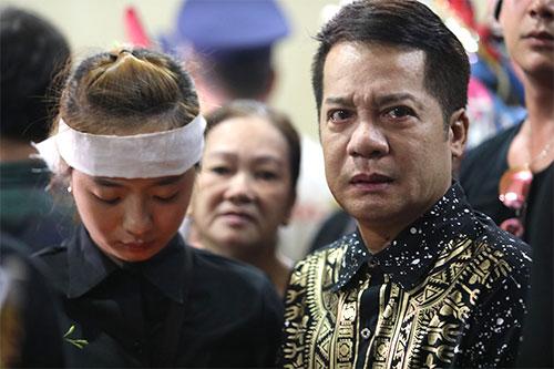 Nghệ sĩ Minh Nhí khóc trước linh cữu người em trong nghề anh hết mực yêu quý. Ảnh: Nguyễn Thành.