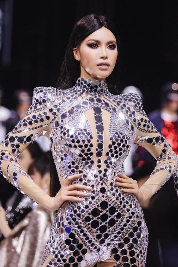 Minh Tú mở màn, Hoàng Yến là vedette show Chung Thanh Phong