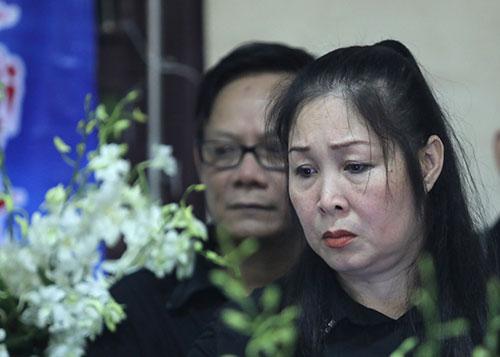 Nghệ sĩ Hồng Vân ở tang lễ Anh Vũ trước giờ di quan sáng 12/4. Ảnh: Nguyễn Thành.