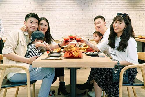 Hai gia đình thưởng thức gà rán thương hiệu Thái Lan. Diễn viên Kiên Hoàng bật mí, Five Star - mô hình gà rán 5 sao của Tập đoàn CP Thái Lancó mặt tại Việt Nam cách đây 6 năm, đếnnay đã có khoảng 600 cửa hàng nhỏ lẻ. CP - Five Star - Phở Đi là nhà hàng đầu tiên của thương hiệu được đầu tư với quy môkiểu mới, hiện đại và chuyên nghiệp hơn.