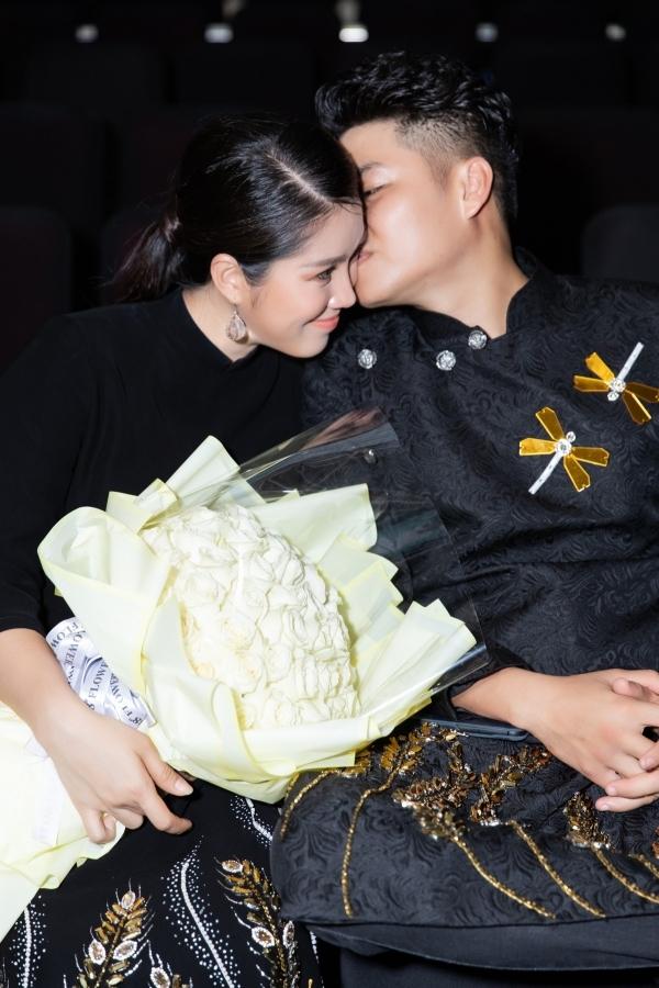 Lê Phương bế bầu 5 tháng cùng chồng đi xem thời trang