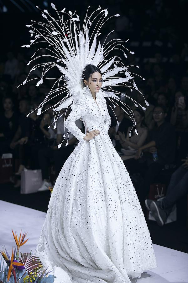 Hoa hậu Phương Nga làm vedette, Mai Phương mở màn show thời trang