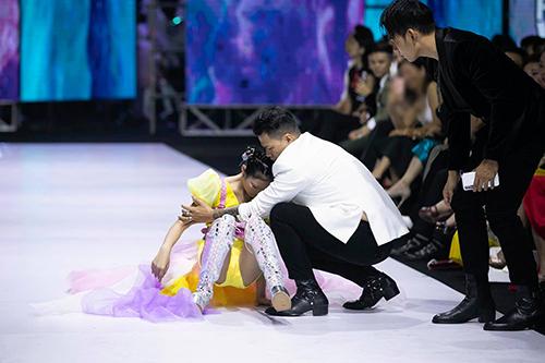Nhà thiết kế Hoàng Minh Hà chạy ra đỡ một người mẫu nhí ngã trong show Ivan Trần.