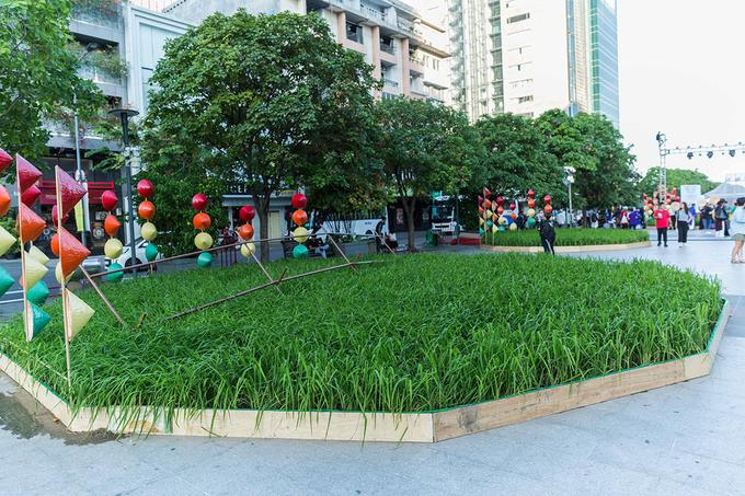 Nghệ nhân diễn nuốt rắn trên phố đi bộ Nguyễn Huệ