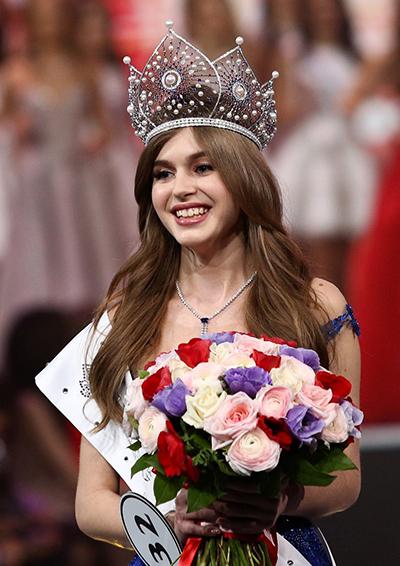 Alina Sanko đăng quang Hoa hậu Nga hôm 13/4. Cô sẽ đại diện quê nhà tham dự Miss World hoặc Miss Universe vào cuối năm nay. Người đẹp 21 tuổi được khán giả Nga ủng hộ. Họ khen cô có vẻ đẹp ngọt ngào tựa một thiên thần.
