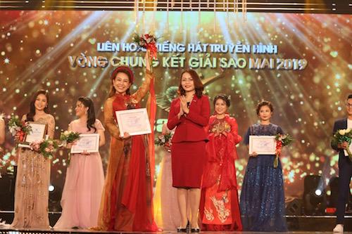 Bà Hương Trần Kiều Dung -Phó chủ tịch Hội đồng quản trịkiêm Tổng giám đốc Tập đoàn FLC đại diện nhà tài trợ trao giải Thí sinh được yêu thích nhất.