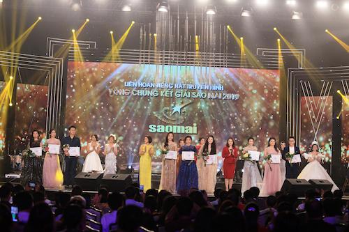 Đại diện Ban Tổ chức cùng Nhà tài trợ trao bằng khen cho các thí sinh lọt vào Top 3, 4 và 5.