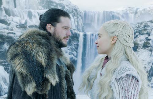 Jon Snow, Mẹ Rồng có cảnh thân mật ngắn ngủi trong tập đầu, trước khi Jon phát hiện sự thật về quan hệ loạn luân.