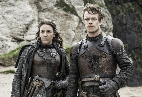 Ở tập này, Theon Greyjoy (phải)cũng cứu chị mình - Yara Greyjoy (trái) khỏi tay Euron. Theon cũng sẽ đến miền Bắc tham chiến cùng Jon Snow.