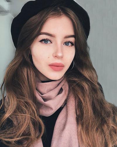 Tân Hoa hậu Nga có gương mặt góc cạnh, đôi mắt sâu, sống mũi cao.