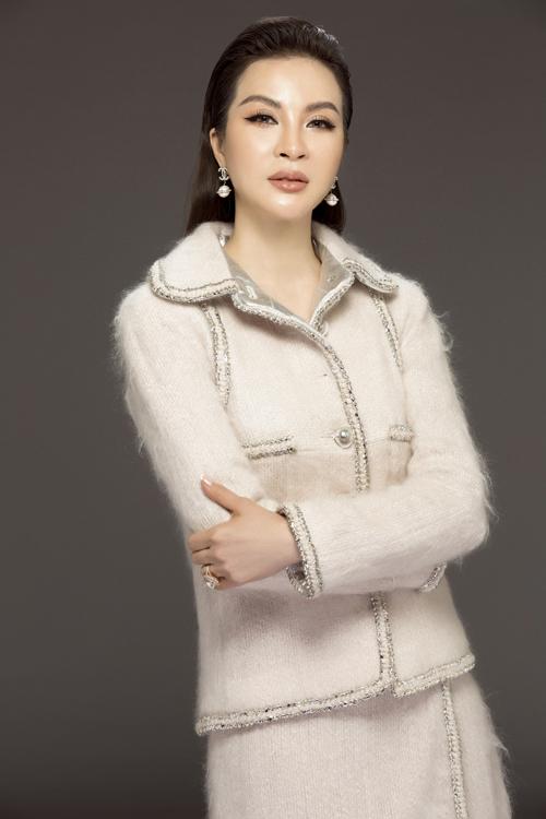 Vốn là một doanh nhân thành đạt lĩnh vực thẩm mỹ, MC Thanh Mai luôn chú trọng phong cách thời trang cá nhân, ưu tiên sự thanh lịch, thoải mái khi làm việc. Thỉnh thoảng, người đẹp đổi phong cách năng động hơn nhưng vẫn phù hợp độ tuổi trung niên.