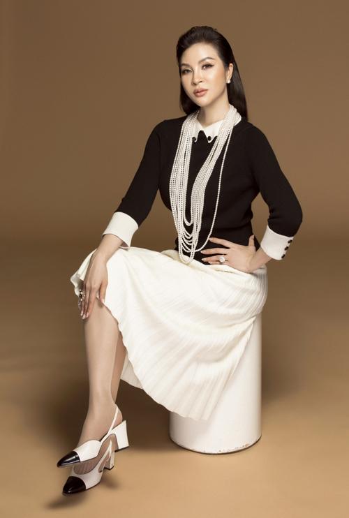 Cô cũng thể hiện sự tinh tế khi chọn diện với đôi giày cùng tông màu. Vòng cổ thiết kế cầu kỳ tạo điểm nhấn cho set trang phục.