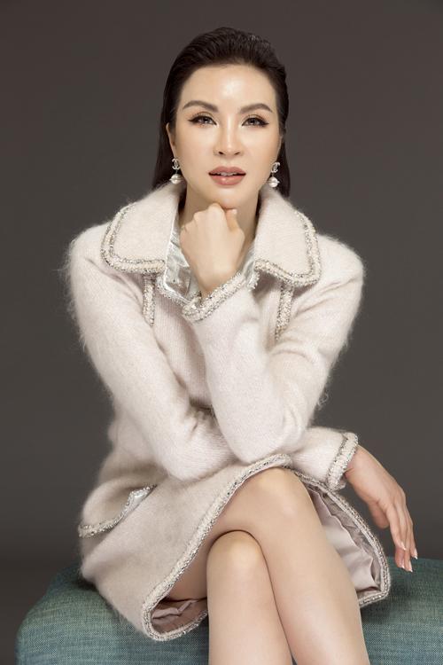 Mới đây, nữ diễn viên - MC Thanh Mai khoe vẻ sang trọng trong bộ trang phục trắng đơn giản đến từ thương hiệu thời trang Chanel. Những đường viền chạy dọc theo thân áo, cổ tay tôn lên vẻ sang trọng cho người mặc. Hoa tai, nhẫn đồng điệu với cúc áo tạo sự liên kết cho tổng thể. Người đẹp cũng chọn son tông màu nude không quá nổi bật, gây ấn tượng bởi vẻ nhìn thời thượng.