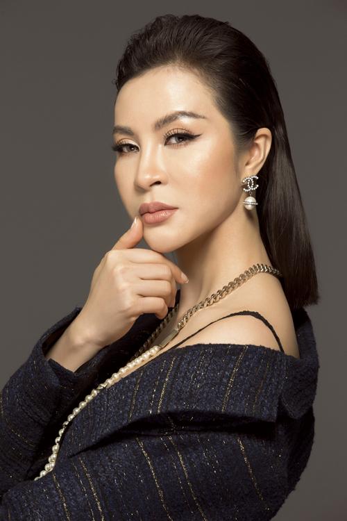 Nữ diễn viên 7X khoe vai trần gợi cảm trong đầm hai dây tăng vẻ quyến rũ. Cô còn khéo léo kết hợp với áo khoác ngoài dáng dài, tạo nên vẻ đẹp nửa kín nửa hở.