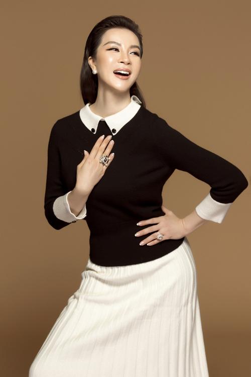 Phần áo đen ráp cổ tay trắng đồng điệu với chân váy xếp ly tôn vẻ thanh lịch.
