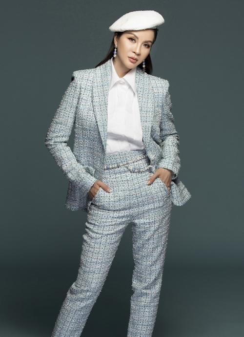 Người đẹp chuyển sang phong cách menswear với set suit trên nền chất liệu tweed từ Chanel. Cô kết hợp suit xanh ngọc sang trọng với sơ mi trắng lịch lãm.