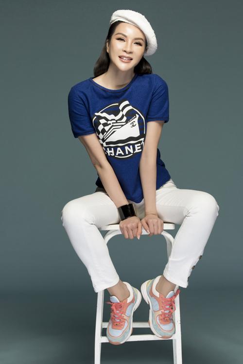 Nữ MC còn diện trang phục khoe phong cách thời trang xuống phố năng động. Người đẹp phối áo phông xanh có họa tiết với quần denim trắng, sneaker cá tính, vòng tay to bản giúp tăng vẻ năng động.
