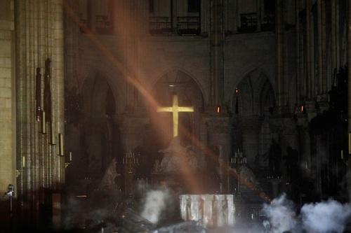 Quang cảnh bên trong Nhà thờ Đức Bà sau vụ hỏa hoạn. Ảnh: Vingt mitutes.