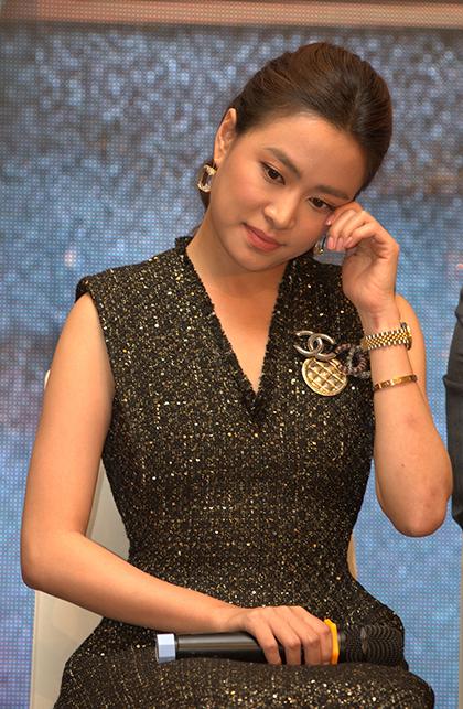 Hoàng Thùy Linh khóc khi tâm sự ở họp báo ra mắt phim mới.