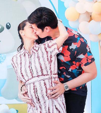 Cặp sao nổi tiếng nhất Philippines hôn nhau trong tiệc mừng con trai thứ hai sắp chào đời.