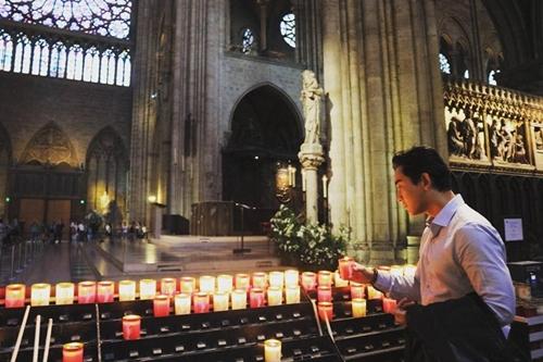 diễn viên Hứa Vĩ Văn chia sẻ lại bức hình anh đã chụp trong Nhà thờ Đức Bà như một lời tiếc nuối. Buồn thật, hy vọng nước Pháp sẽ khắc phục được khó khăn này, Hứa Vĩ Văn tâm sự.]