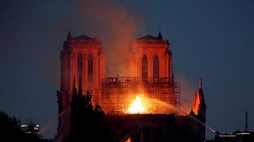Vụ cháy Nhà thờ Đức Bà Paris sáng 16/4. Ảnh: Reuters