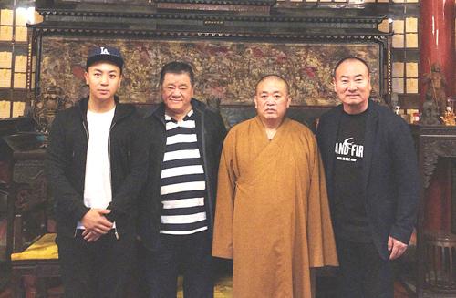 Thích Tiểu Long (trái)bên những người ảnh hưởng lớn tới cuộc đời anh gồm cha - Trần Đồng Sơn và sư phụ, cha nuôi (từ phải sang).