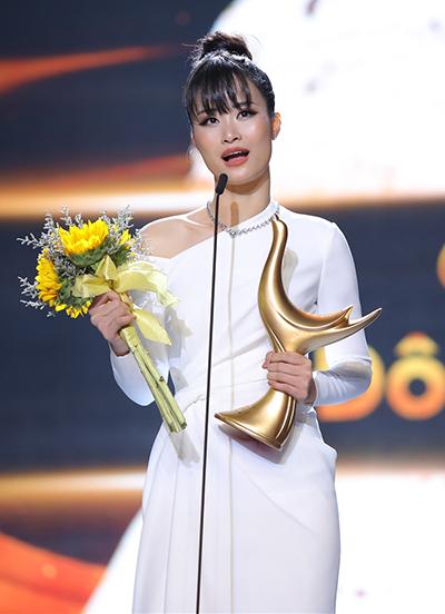 Đông Nhi trên sân khấu nhận giải.