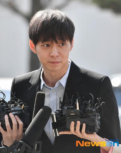Park Yoo Chun trình diện cảnh sát.
